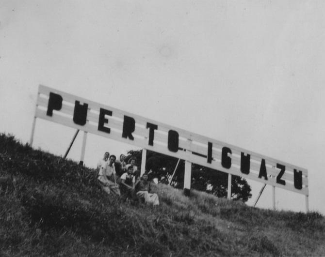 Cartel de ingreso Puerto Iguazú, localizado en Zona Portuaria C. 1940 Fondo: Dora de la Puente